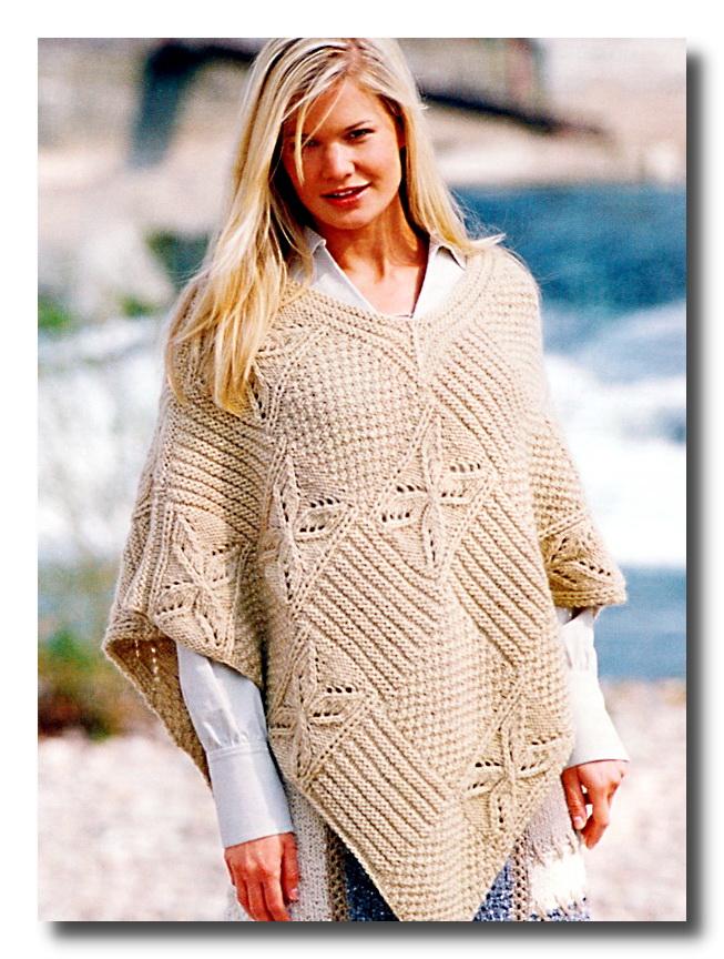 Модель вязаного спицами пончо.