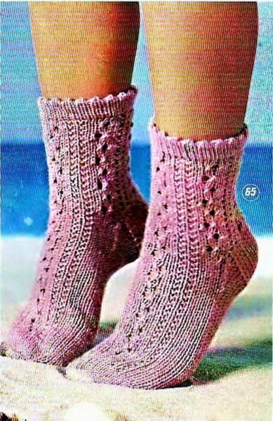 Вязаные спицами ажурные носочки для мамы и дочки. http://korzinochka.3dn.ru/news/azhu.../2010-04-02-217.