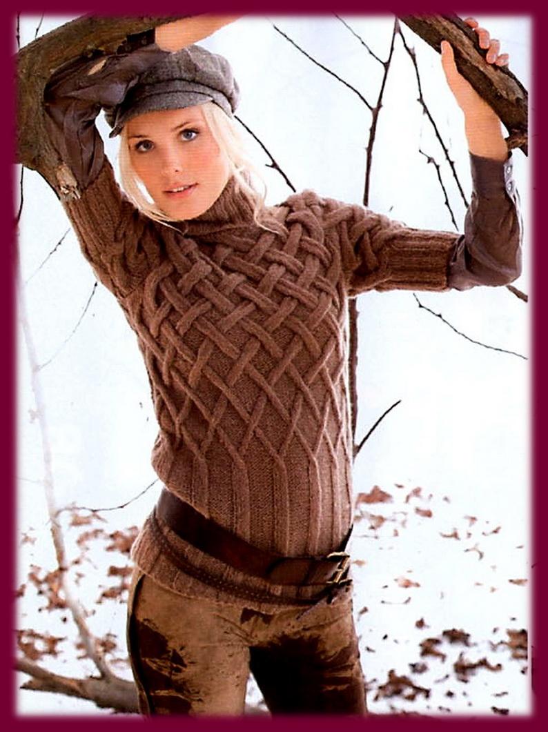 Пуловер с короткими рукавами вяжется с резинки, переходящей в плетёный более плотный кверху узор.