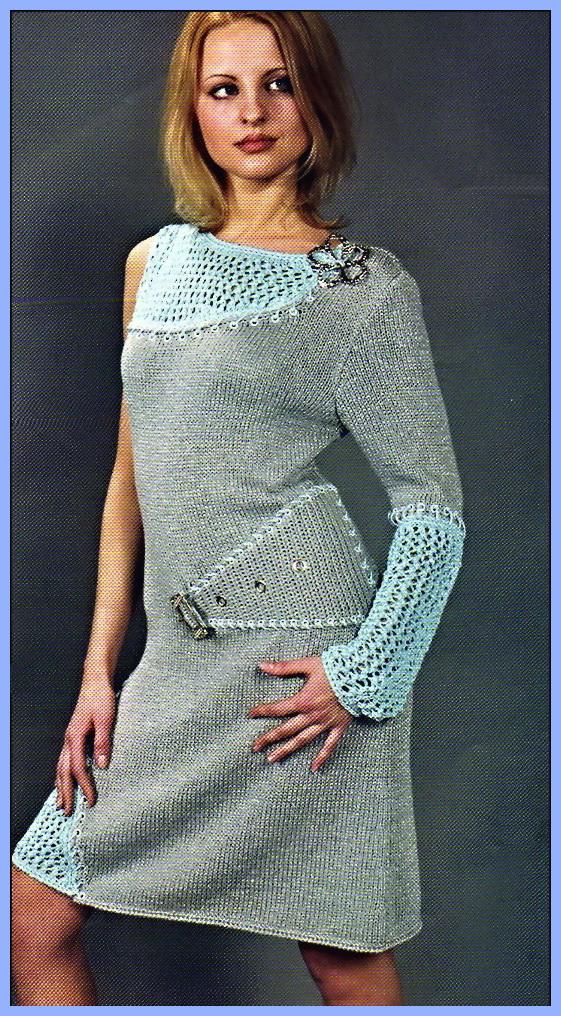Асимметричная модель платья с одним рукавом связана спицами лицевой...