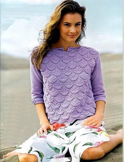 вязаный сиреневый пуловер с волнистым узором.