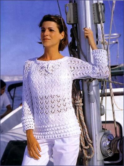 Белый пуловер с каймой, связанной крючком